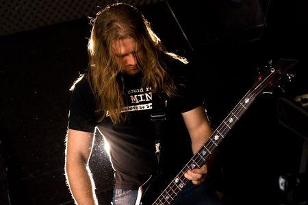 Rockgitarist spelen solo. Stockfoto
