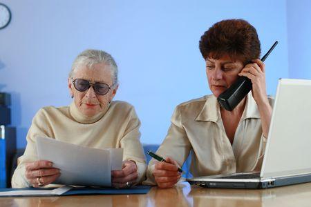 80s adult: Trabajador social ayuda a los altos mujer.
