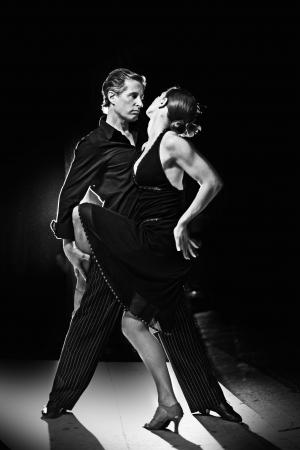 bailarin hombre: Junte la danza latina caliente que baila en una calle en la noche