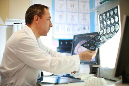 Doctor in het werken met CT-scan Stockfoto
