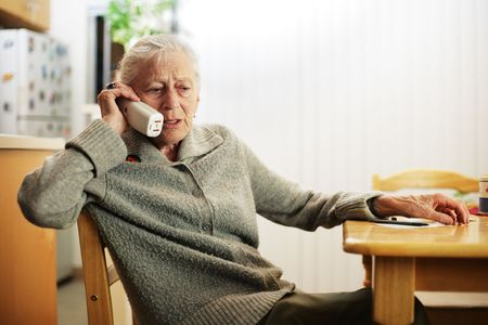 hablando por telefono: Mujer mayor que habla en el tel�fono