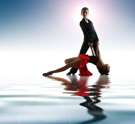 bailar salsa: Los j�venes bailarines de danza plantean en lat�n  Foto de archivo