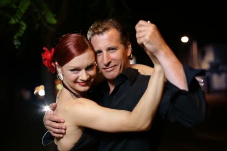 baile salsa: Feliz adulto joven pareja de baile al aire libre por la noche, close-up  Foto de archivo
