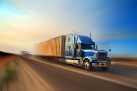 lorry: Il camion americano che accelera sullautostrada senza pedaggio al tramonto, movimento ha offuscato.