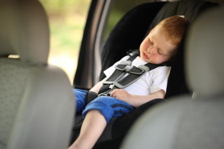 Jongen slapen kind in de auto zitten. Ondiepe DOF. Stockfoto
