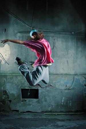 danza contemporanea: Chica bailando en una calle próxima a la antigua muralla grungy