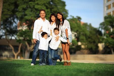 familia de cinco: Familia feliz con los ni�os al aire libre