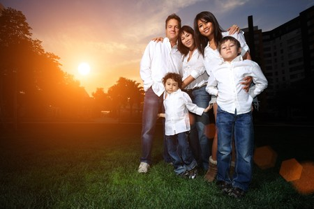 Gelukkig gezin met kinderen buitenshuis