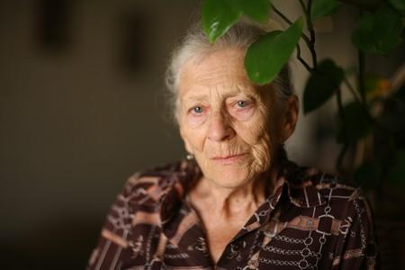 Portret van een senior vrouw thuis, denken Stockfoto