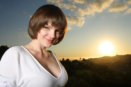 busty: Portret van een mooie jonge vrouw bij zonsondergang Stockfoto