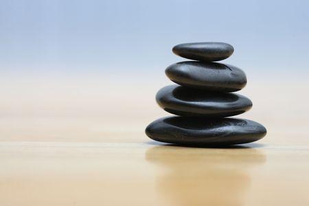 Zen stenen op een houten ondergrond. Shallow DOF.