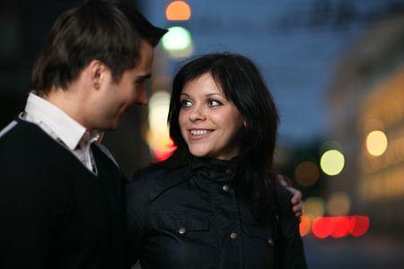 confianza: Hermosa joven pareja caminando juntos en la noche la ciudad. Someras DOF. Foto de archivo