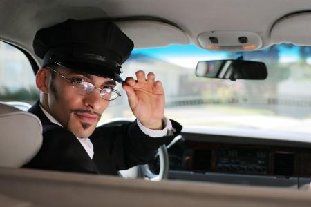 chofer: Retrato de un macho guapo conductor sentado en un coche saludando un visor Foto de archivo
