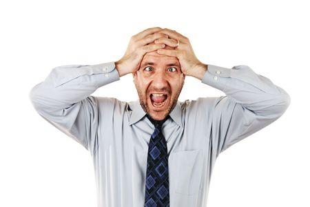Homme d'affaires en criant avec les mains sur la tête, isolé sur blanc