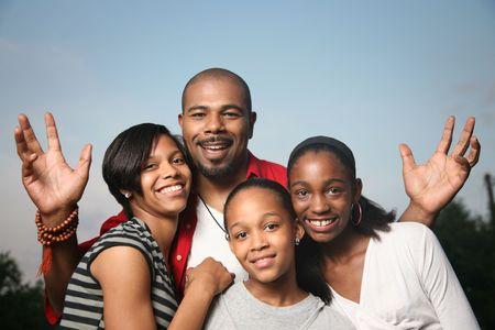 African American en gelukkige familie. Vader met drie tiener dochters samen met een goede tijd.
