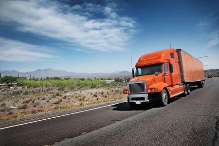 transporte de mercancia: Cami�n en la autov�a