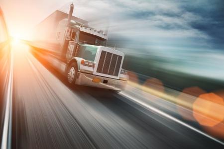 ciężarówka: Ciężarówka na freeway Zdjęcie Seryjne