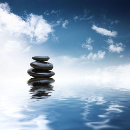 水の背景を反映した禅石