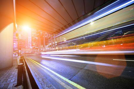 exposición: Bus de exceso de velocidad a trav�s de la calle de noche. Hong Kong, China. Foto de archivo