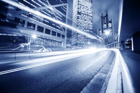 Światła: Szybkie przenoszenie światła samochodów zamazana powyżej tło nowoczesne miasta