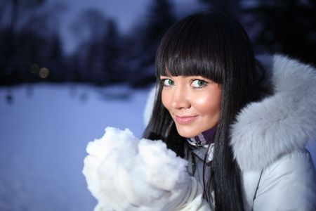 esquimales: Hermosa mujer en Parque de invierno celebración de nieve en manos