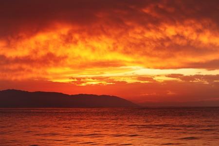 美しい熱帯の夕日の海を背景