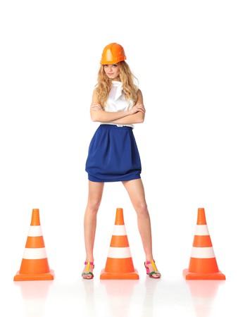 Travailleur de la construction de femmes sexy avec cônes de trafic orange  Banque d'images
