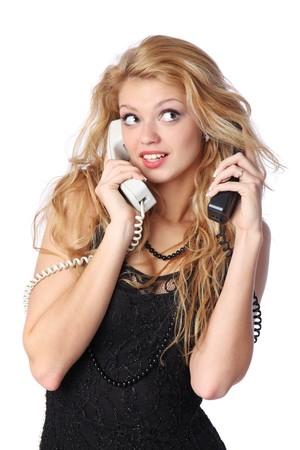 Schöne junge Frau, die an zwei Telefonen auf einmal sprechen.  Standard-Bild - 7138901