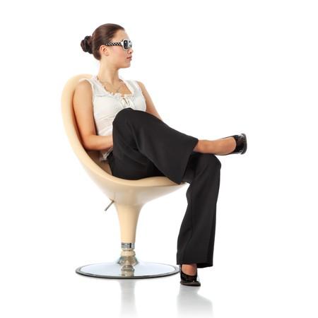 白い背景で隔離の椅子に座っている女性実業家