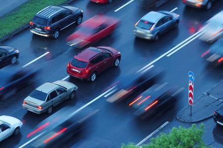 changing color: Coches que se mueve sobre mojado fondo de carretera. Movimiento borroso.  Foto de archivo
