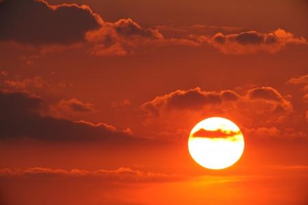 燃えるような夕焼け雲の夕日