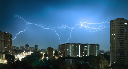 frappe: Foudre au ciel bleu fonc� dans la ville de nuit Banque d'images