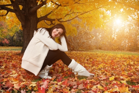 Portret van een mooie jonge vrouw in de herfst park. Copyspace.