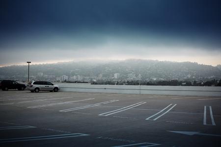 Grote lege parkeer ruimte ontop van dak in Los Angeles, Californië.