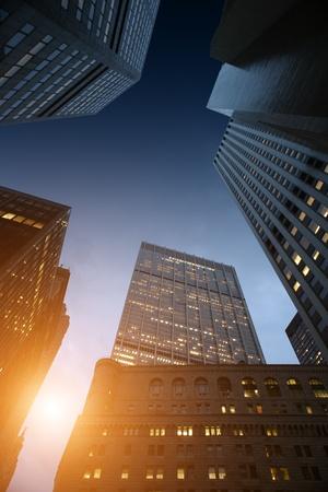 Lever de soleil vu par le biais de gratte-ciels montées dans le centre-ville de Manhattan, New York, NY, USA.