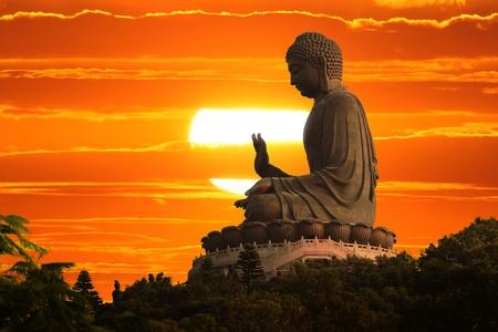 buda: Estatua de Buda sobre fondo esc�nico cielo puesta del sol Foto de archivo