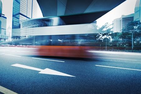 fast lane: Foto de larga exposici�n de autob�s en carretera urbana. Desenfoque de movimiento sobre fondo de la ciudad. Cruz procesa colores.