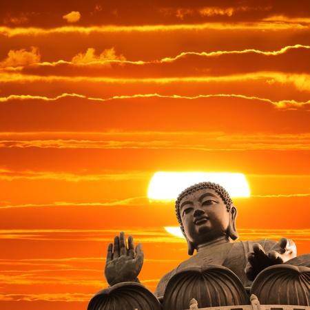 cabeza de buda: Estatua de Buda sobre fondo esc�nico cielo puesta del sol Foto de archivo