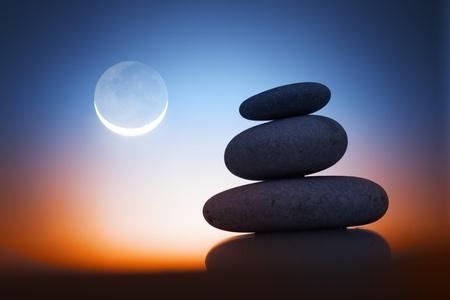 piedras zen: Pila de zen piedras sobre fondo de cielo del amanecer con la Luna. Foto de archivo
