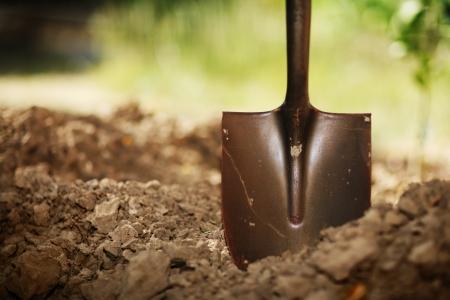 토양에서 삽. 근접, 얕은 DOF입니다. 스톡 콘텐츠