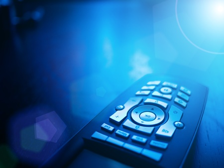 Media tv afstandsbediening op blauwe achtergrond, close-up. Copyspace.