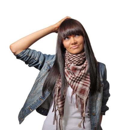 Portret van mooie brunette vrouw denken, krabben hoofd. Geà ¯ soleerd op een witte achtergrond.