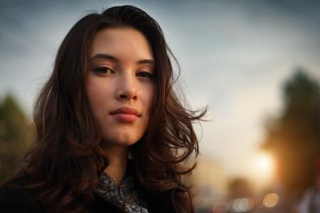 도시에서 아름 다운 아시아 여자의 초상화는 얼굴에 근접 촬영입니다. 스톡 콘텐츠