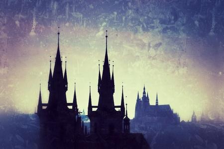 Tsjechië, Praag, silhouet van hoge deel van Tyn kerk 's nachts. Stockfoto