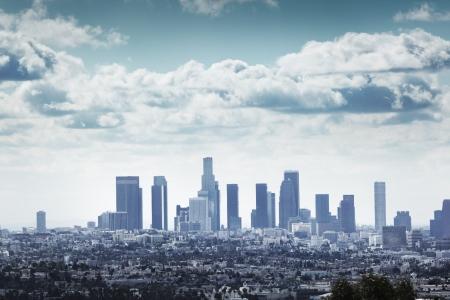 Downtown Los Angeles skyline via blauwe bewolkte hemel.