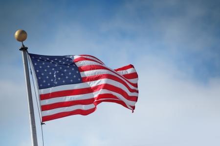 banderas america: Bandera de los Estados Unidos de Am�rica sobre fondo de cielo azul