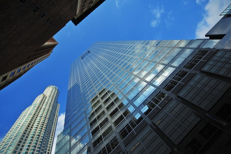 캘리포니아 주 로스 앤젤레스 시내에있는 사무실 건물의 넓은 각도 관점입니다.