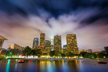 Downtown Los Angeles skyline weerspiegelt in het water 's nachts