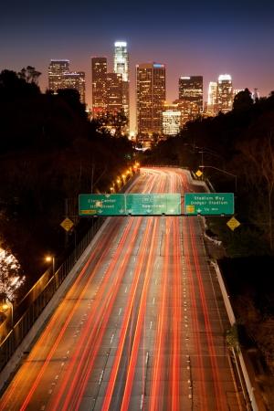 밤에 시내 로스 앤젤레스 고속도로 교통 스톡 콘텐츠