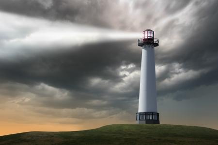 Vuurtoren stralend lichtstraal op stormachtige wolken